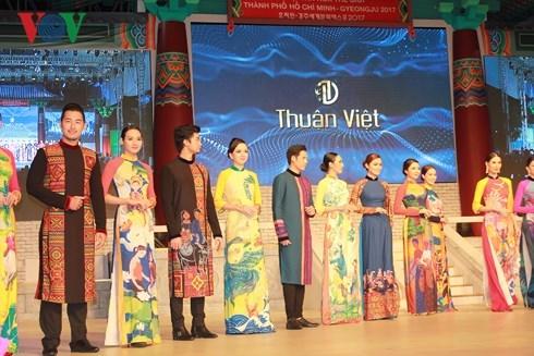 Presentation de costumes traditionnels sud-coreens et vietnamiens a HCM-Ville hinh anh 1