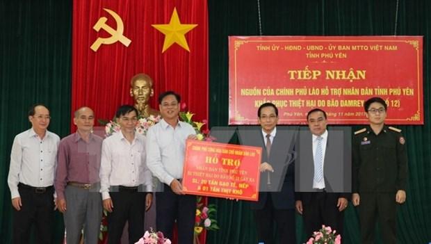Aides laotiennes aux sinistres du typhon Damrey dans la province de Phu Yen hinh anh 1