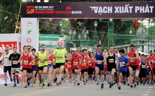Plus de 5.000 coureurs au marathon international Techcombank de HCM-Ville hinh anh 1