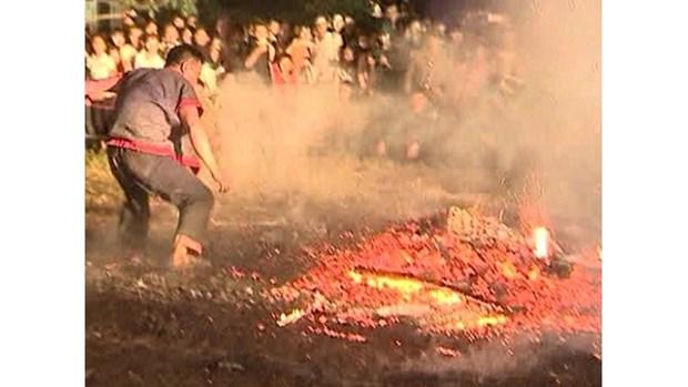 Ha Giang : La fete du saut au-dessus du feu des Pa Then hinh anh 1