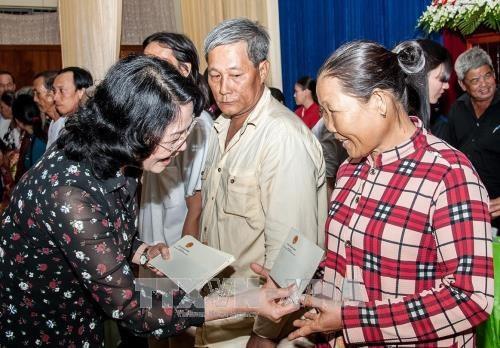 Dang Thi Ngoc Thinh remet des cadeaux a des personnes demunies a An Giang hinh anh 1