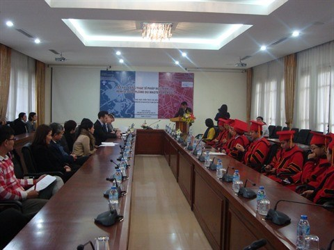 Cooperation franco-vietnamienne : remise du diplome du Master a Hanoi hinh anh 1