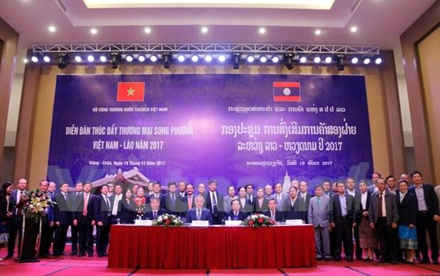 Forum de promotion des echanges commerciaux Vietnam-Laos 2017 hinh anh 1