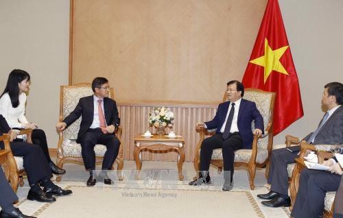 Le vice-PM Trinh Dinh Dung recoit le directeur general de Samsung Vietnam hinh anh 1