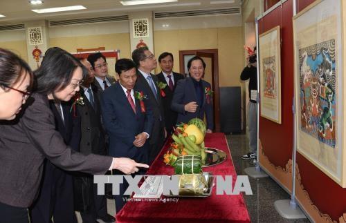 Des peintures sur le Nouvel An lunaire du Vietnam et de la Chine exposees a Pekin hinh anh 2