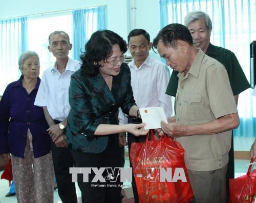 Dang Thi Ngoc Thinh rencontre des familles meritantes de Binh Phuoc hinh anh 1