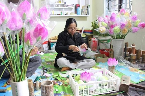 Hue: decouverte d'un metier artisanal de fabrication de fleurs en papier hinh anh 1