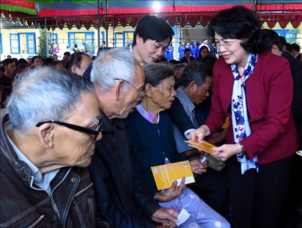 La vice-presidente Dang Thi Ngoc Thinh remet des cadeaux du Tet a Thua Thien-Hue hinh anh 1