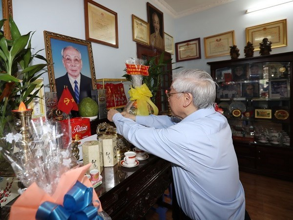 Le secretaire general du Parti rend visite a des familles meritantes hinh anh 1
