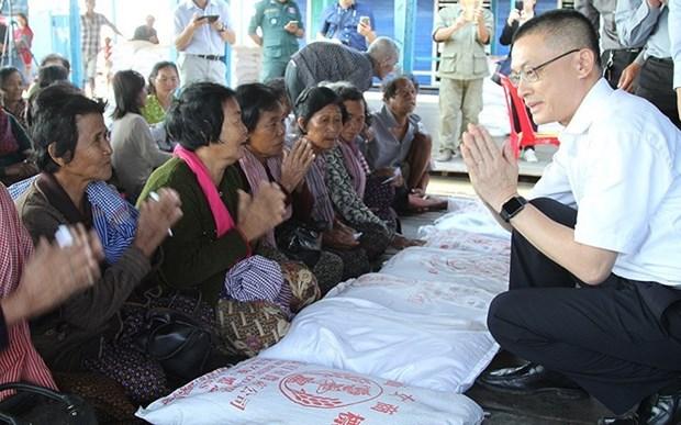 Cadeaux du PM Nguyen Xuan Phuc a des familles necessiteuses au Cambodge hinh anh 1