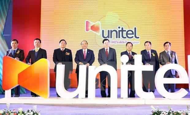 Les Premiers ministres vietnamien et laotien visitent le siege de Start Telecom hinh anh 1