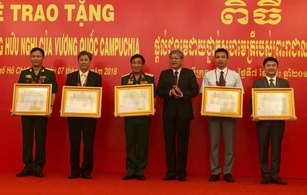 Le Cambodge remet l'Ordre de l'amitie a des collectifs et individus vietnamiens hinh anh 1