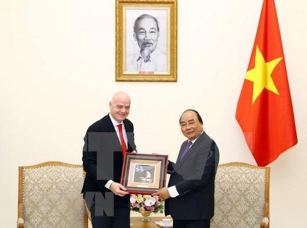 Le Premier ministre Nguyen Xuan Phuc recoit le president de la FIFA hinh anh 1