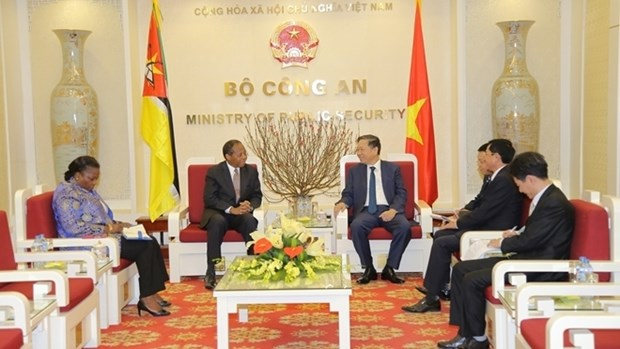 Le ministre To Lam recoit les ambassadeurs mozambicain et russe hinh anh 1