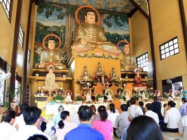 Des Vietnamiens au Laos prient pour la prosperite du pays et le bonheur hinh anh 1