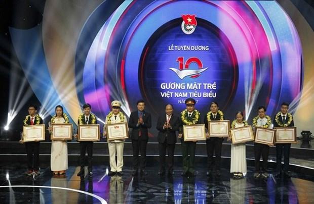 Le Premier ministre honore des medecins et des jeunes figures exemplaires du Vietnam hinh anh 2
