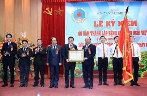 Le Premier ministre honore des medecins et des jeunes figures exemplaires du Vietnam hinh anh 1