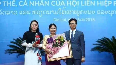 Des distinctions honorifiques remises a des femmes vietnamiennes et laotiennes hinh anh 1