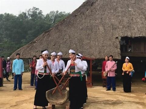 L'ancien et le nouveau dans un village Muong hinh anh 3