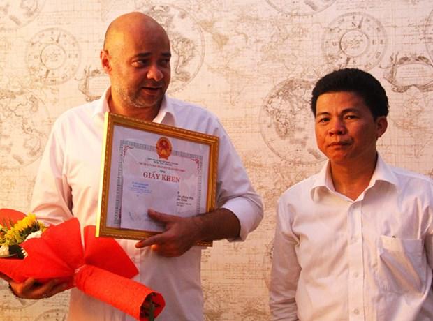 Felicitations a deux etrangers pour le sauvetage de deux enfants a Da Nang hinh anh 2