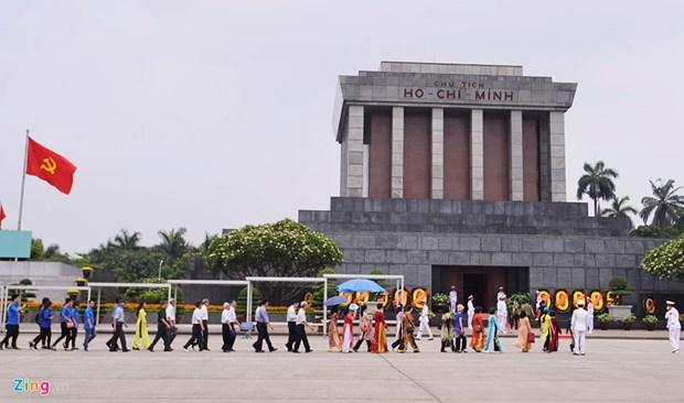 Plus de 92.000 personnes rendent hommage au President Ho Chi Minh en son mausolee hinh anh 1