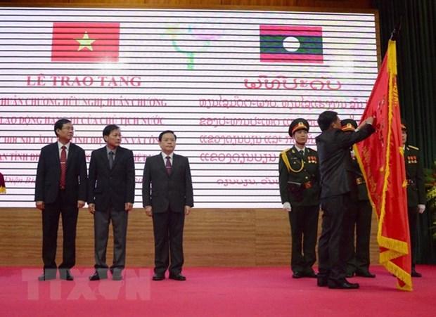Le Laos remet des distinctions honorifiques a Dien Bien hinh anh 1