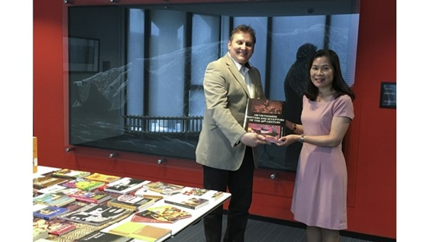 Remise de livres sur le Vietnam a la Bibliotheque de l'Universite de Leyde hinh anh 1