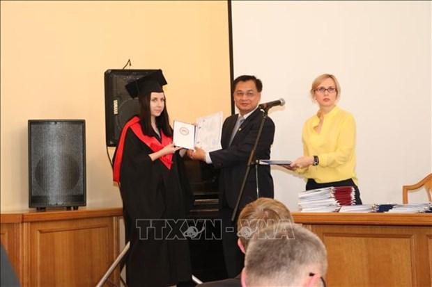Remise des diplomes du 1er cours post-universitaire en langue vietnamienne en Ukraine hinh anh 1