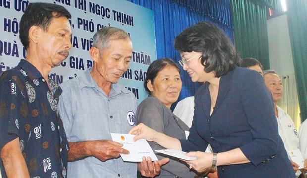 Dang Thi Ngoc Thinh remet des cadeaux aux personnes meritantes a Quang Nam hinh anh 1