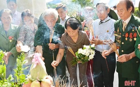 Ceremonie en memoire de 10 jeunes filles volontaires decedees au carrefour de Dong Loc hinh anh 1