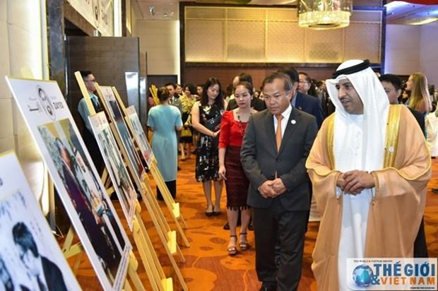Exposition photographique en l'honneur du 100e anniversaire du feu leader des Emirats arabes unis hinh anh 1