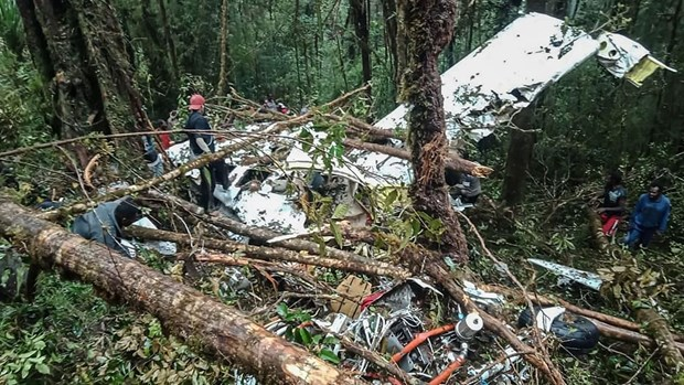 Un avion s'ecrase en Indonesie: huit morts, un survivant hinh anh 1