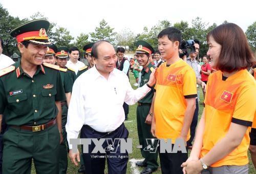 Le PM Nguyen Xuan Phuc rend visite au corps de troupe 16 a Binh Phuoc hinh anh 1