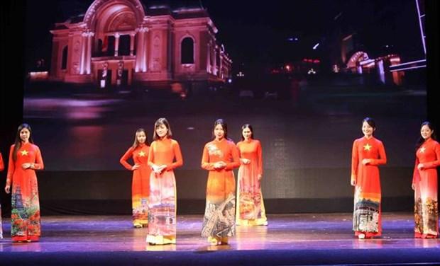 Defile de costumes traditionnels des pays membres de l'ASEAN hinh anh 1