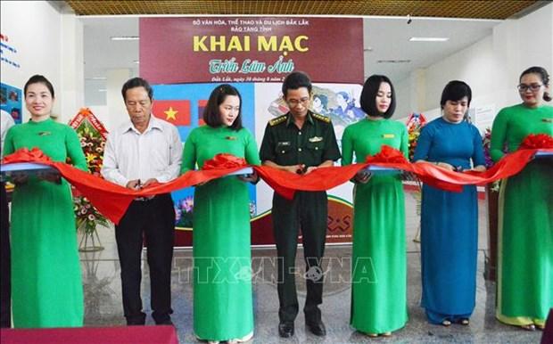 Exposition de photos sur les relations d'amitie Vietnam-Laos a Dak Lak hinh anh 1