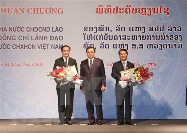 Le Laos decore des responsables vietnamiens hinh anh 1
