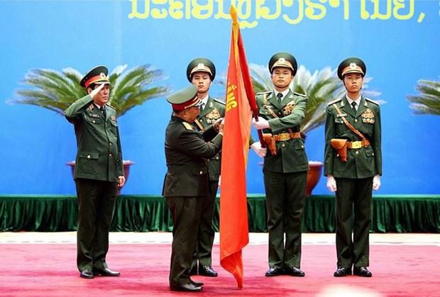 Le Laos decore des officiers de l'Armee populaire du Vietnam hinh anh 1