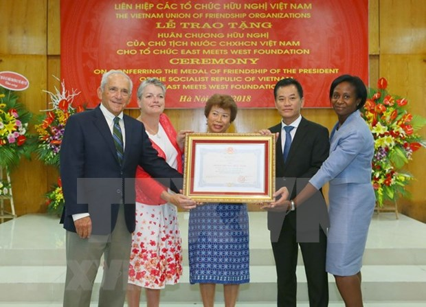 L'ONG americaine East Meets West Foundation a l'honneur hinh anh 1
