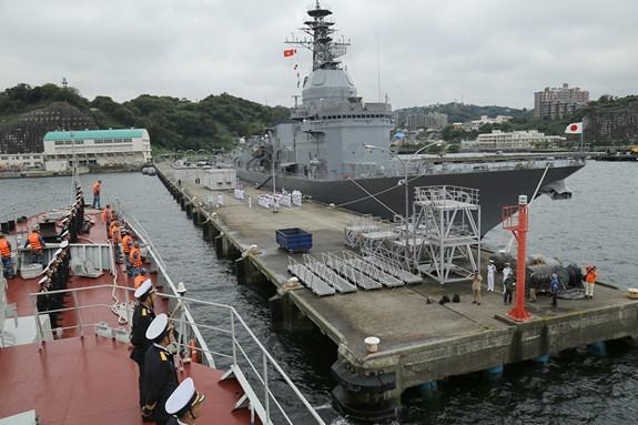 Le navire 015-Tran Hung Dao de la Marine populaire vietnamienne en visite au Japon hinh anh 1