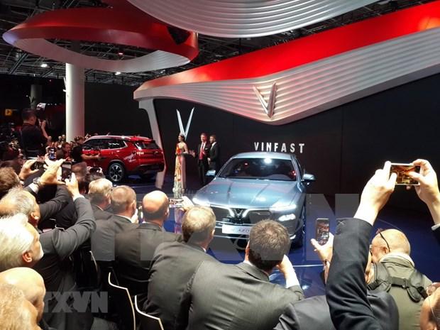 Le Vietnam presente ses premieres voitures fabriquees localement a Paris hinh anh 1