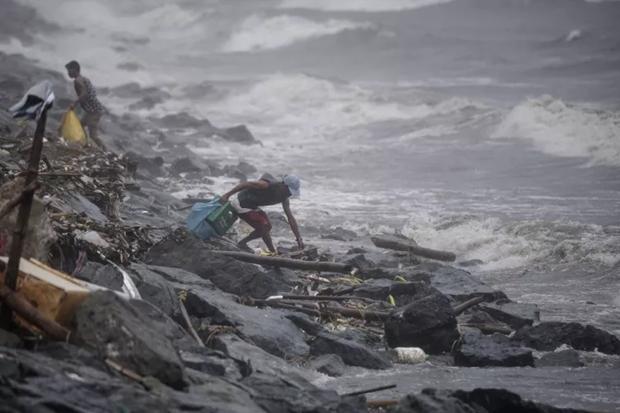 Philippines : des milliers de personnes evacuees en prevision du typhon Yutu hinh anh 1