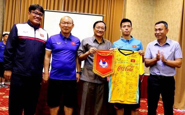 AFF Suzuki Cup 2018 : l'ambassadeur vietnamien au Laos encourage l'equipe du Vietnam hinh anh 2