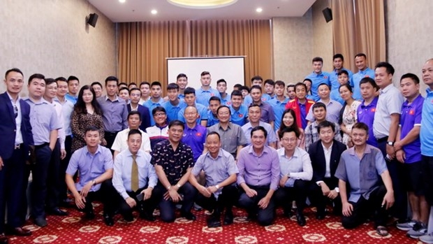 AFF Suzuki Cup 2018 : l'ambassadeur vietnamien au Laos encourage l'equipe du Vietnam hinh anh 1