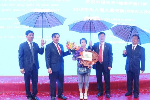 La porte frontiere de Mong Cai-Dongxing accueille son 10 millionieme visiteur hinh anh 1