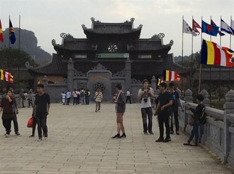 Les journalistes etrangers explorent Ninh Binh apres le Sommet de Hanoi hinh anh 1
