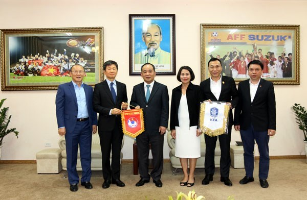 Les relations Vietnam – R. de Coree se renforcent grace au football hinh anh 1