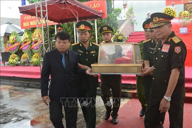 Ha Tinh : inhumation des restes des volontaires tombes au Laos hinh anh 1