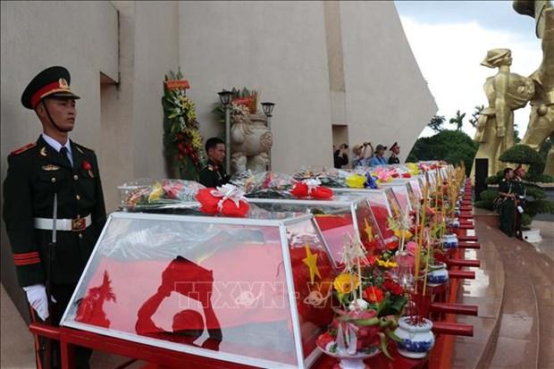 Les restes de 17 soldats volontaires inhumes a Dak Lak hinh anh 1