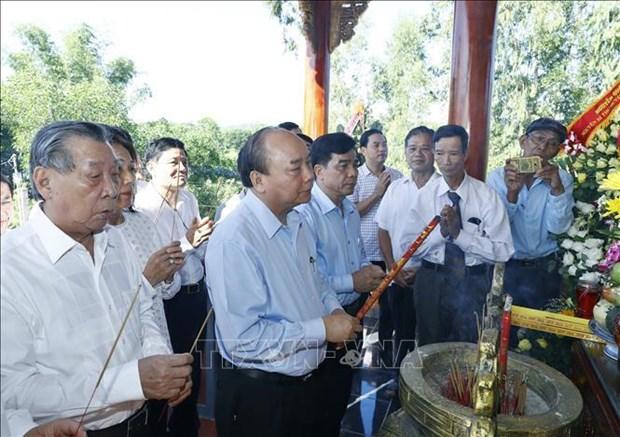 Le Premier ministre Nguyen Xuan Phuc rend hommage aux heros morts pour la Patrie a Quang Nam hinh anh 1