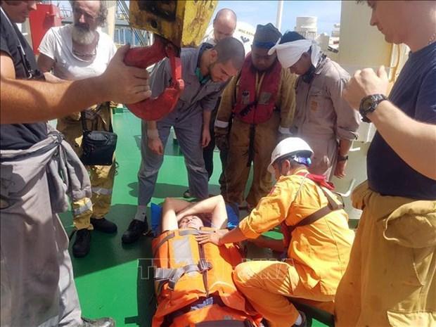 Un membre d'equipage du MSC ESTHI secouru au large du Centre hinh anh 1